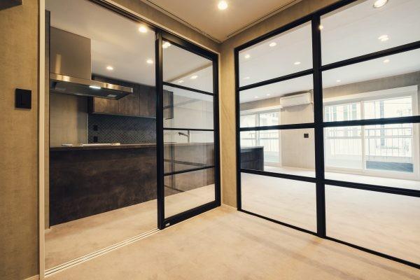 Cool Modern (ガラス張りのパーソナルスペース)