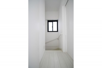 階段 (築30年超えの建物を新築並みの性能に)