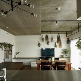 モルタルキッチンが映えるドライフラワーのある暮らし