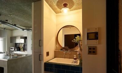 モルタルキッチンが映えるドライフラワーのある暮らし (洗面)