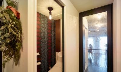 モルタルキッチンが映えるドライフラワーのある暮らし (トイレ)