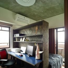 モルタルキッチンが映えるドライフラワーのある暮らし (書斎)