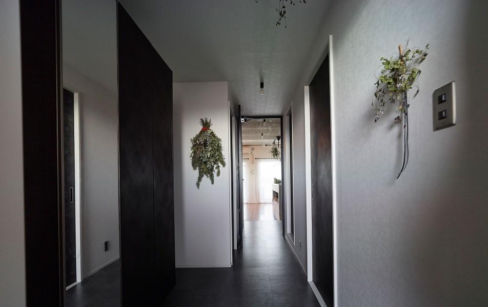 モルタルキッチンが映えるドライフラワーのある暮らし (玄関)