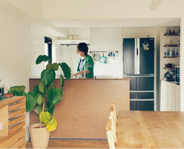 リノベーション / Beeの部屋 玄関と同じ六角形のタイルがアクセントのカウンターキッチン