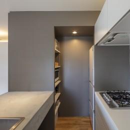 キッチン〜パントリー (自由設計と売却戦略の両立|こだわり尽くした自由設計と7年後に売却する汎用性を満たすリノベーション)