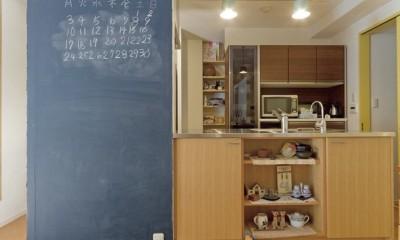 大阪府Mさん邸:オーダーキッチンや広い玄関など「予算内でこんなに!」 (キッチン壁のお絵かき空間)