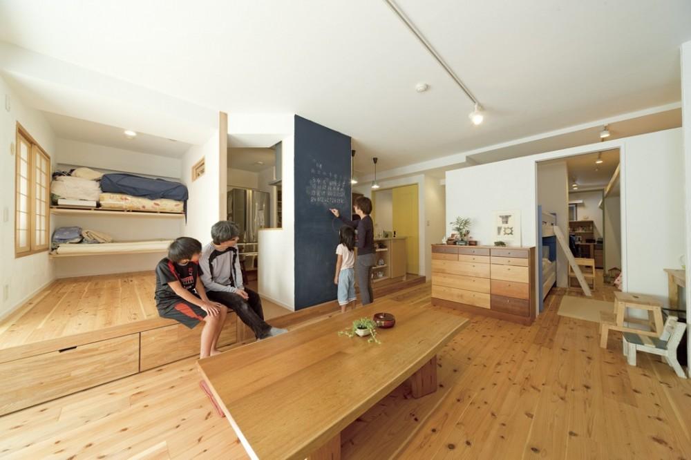 大阪府Mさん邸:オーダーキッチンや広い玄関など「予算内でこんなに!」 (小上がりスペース)
