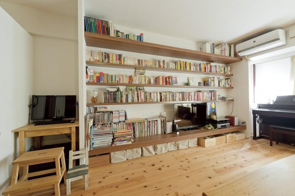 大阪府Mさん邸:オーダーキッチンや広い玄関など「予算内でこんなに!」 (壁一面のオープン棚)