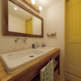 大阪府Mさん邸:オーダーキッチンや広い玄関など「予算内でこんなに!」 (横長で使いやすい洗面台)