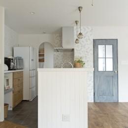 大阪府Tさん邸:子どもの顔が見える安心な間取り空間 (キッチン)