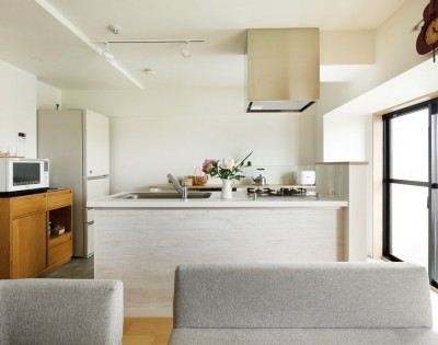 回遊できるキッチン (暮らし方を見つめ直して細部までこだわった、快適に仲良く暮らせる自分たちらしい家。)