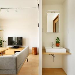 暮らし方を見つめ直して細部までこだわった、快適に仲良く暮らせる自分たちらしい家。 (壁があることで気にならない洗面スペース)