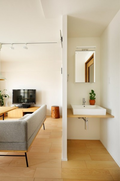 壁があることで気にならない洗面スペース (暮らし方を見つめ直して細部までこだわった、快適に仲良く暮らせる自分たちらしい家。)
