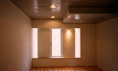 【日本橋-川辺の家  <親の家>】 川の畔に建つ、宙に浮くコンクリートの箱 (ベッドルーム)