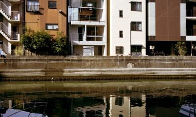 【日本橋-川辺の家  <親の家>】 川の畔に建つ、宙に浮くコンクリートの箱 (外観)