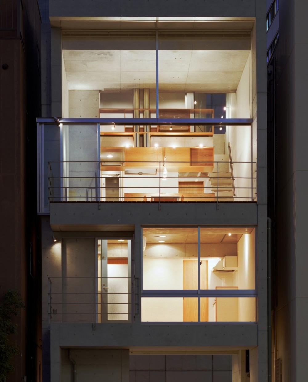 【日本橋-川辺の家  <親の家>】 川の畔に建つ、宙に浮くコンクリートの箱 (外観(夕景))