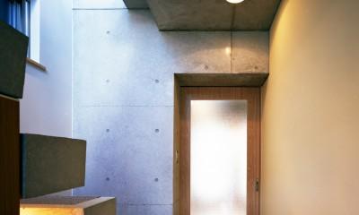 玄関|【日本橋-川辺の家  <親の家>】 川の畔に建つ、宙に浮くコンクリートの箱