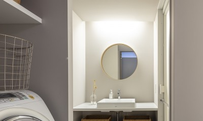 自由設計と売却戦略の両立 こだわり尽くした自由設計と7年後に売却する汎用性を満たすリノベーション (洗面脱衣室)