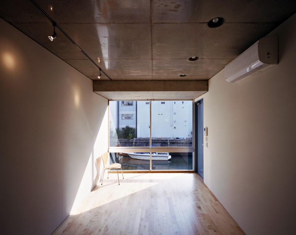 【日本橋-川辺の家  <親の家>】 川の畔に建つ、宙に浮くコンクリートの箱 (リビングダイニング)