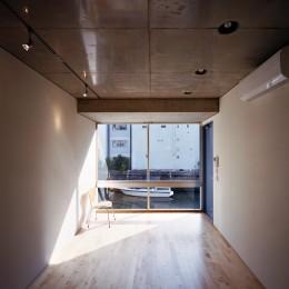【日本橋-川辺の家  <親の家>】 川の畔に建つ、宙に浮くコンクリートの箱