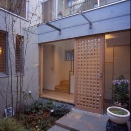 都市型中庭住宅-コンクリートと木でつくるモダンな和 (コンクリート打放しと木格子のつくるモダンな和)