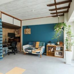 メンテナンス性の良い床材と塗装を活用してイメージを一新。コスパ良く実現したカジュアルなリビング
