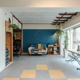 メンテナンス性の良い床材と塗装を活用してイメージを一新。コスパ良く実現したカジュアルなリビング (お気に入りのソファとコーディネートしたカジュアルなリビング)