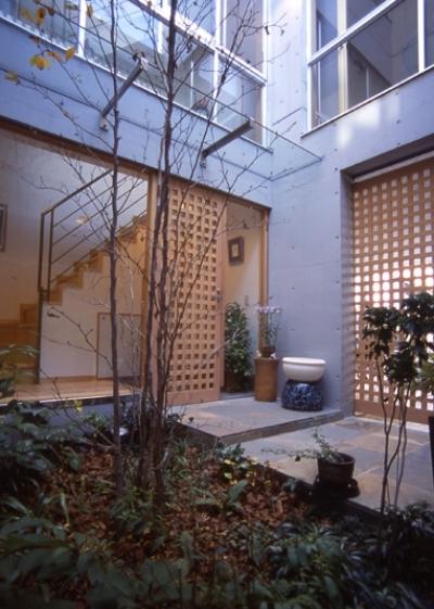 都市型中庭住宅-コンクリートと木でつくるモダンな和 (耐火建築でも木製扉をつけたい)