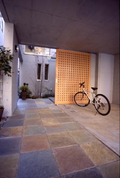 都市型中庭住宅-コンクリートと木でつくるモダンな和 (アプローチは豊かに)
