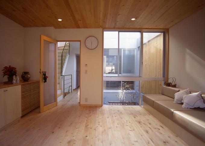都市型中庭住宅-コンクリートと木でつくるモダンな和の写真 リビングより光庭を望む