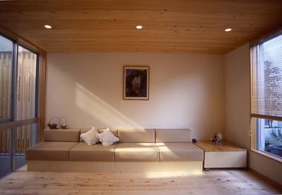 都市型中庭住宅-コンクリートと木でつくるモダンな和 (リビングの2つの窓)