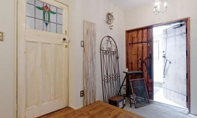 大阪府Oさん邸:アンティークの木のドアが迎える家 (アンティークの木の玄関ドア)