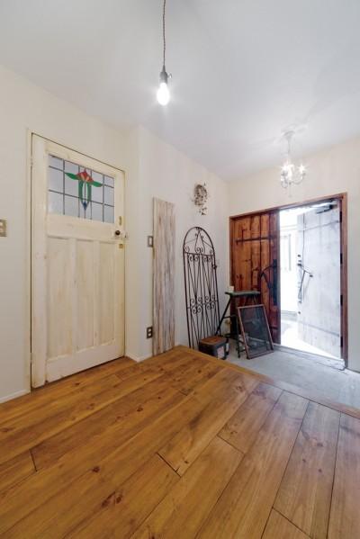 アンティークの木の玄関ドア (大阪府Oさん邸:アンティークの木のドアが迎える家)
