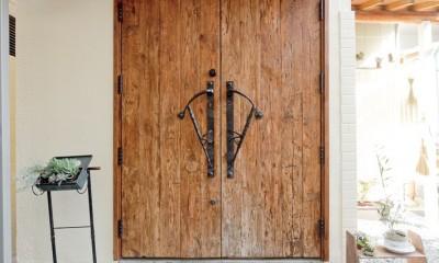 大阪府Oさん邸:アンティークの木のドアが迎える家 (玄関ドア)