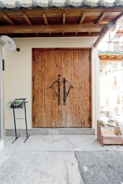 玄関ドア (大阪府Oさん邸:アンティークの木のドアが迎える家)
