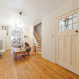 大阪府Oさん邸:アンティークの木のドアが迎える家