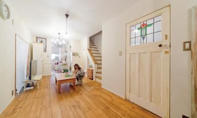 大阪府Oさん邸:アンティークの木のドアが迎える家 (LDK)