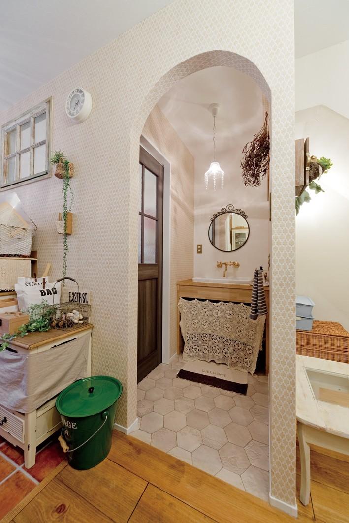 大阪府Oさん邸:アンティークの木のドアが迎える家 (洗面室)