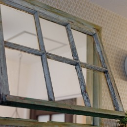 大阪府Oさん邸:アンティークの木のドアが迎える家 (明かり窓)