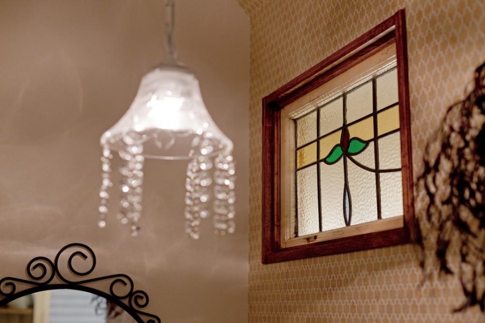 大阪府Oさん邸:アンティークの木のドアが迎える家 (ステンドグラスと照明)
