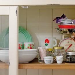 大阪府Oさん邸:アンティークの木のドアが迎える家 (食器棚)