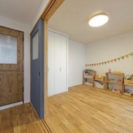 大阪府Oさん邸:自然素材と二重窓で結露を解消。たっぷり収納ですっきり片付くシンプルおしゃれな家に (子ども部屋)