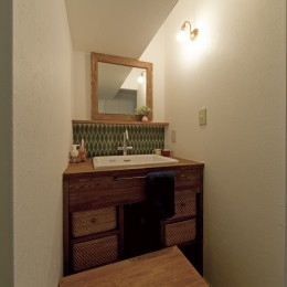 大阪府Oさん邸:自然素材と二重窓で結露を解消。たっぷり収納ですっきり片付くシンプルおしゃれな家に (木のぬくもりたっぷりの洗面台)