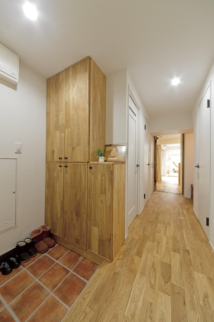 大阪府Oさん邸:自然素材と二重窓で結露を解消。たっぷり収納ですっきり片付くシンプルおしゃれな家に (玄関・廊下)