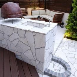 白いタイルテラス・ガーデンキッチンでアウトドアリビング