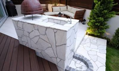 白いタイルテラス・ガーデンキッチンでアウトドアリビング (ガーデンキッチン)