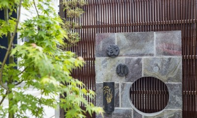 旗竿地の和風アプローチ集合住宅 (鉄平石の門柱)