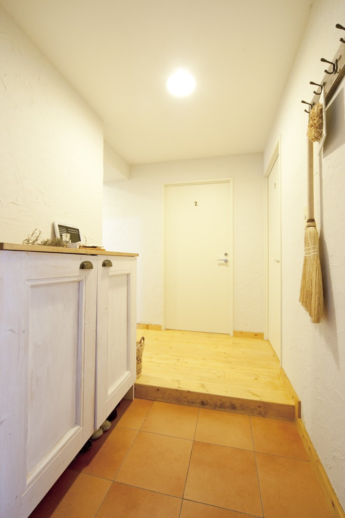 大阪府Sさん邸:壁を塗ったり、パーツを探したり、一緒につくって思い入れたっぷりのリノベーション (玄関)