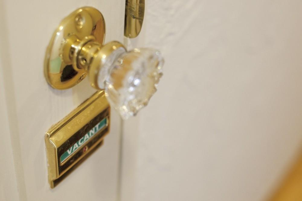 大阪府Sさん邸:壁を塗ったり、パーツを探したり、一緒につくって思い入れたっぷりのリノベーション (ドアノブとロック)