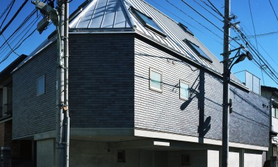 【登り梁の家 <こどもの家>】 都会の狭小地に建つ山小屋